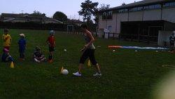 Dernier entraînement pour nos U7.Les parents ont chaussés leurs baskets pour affronter les enfants.Duels parents enfants,sur un circuit,pour 3 matchs,et pour finir un peu mouillés!Merci à tous les parents pour leur participation et pour ce joli bouquet.ML - Espérance de Oeyreluy