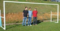 Jean-Marc Chabut patron de l'entreprise C2M a offert 4 cages de foot amovibles pour le terrain de ST Santin et Leynhac mis en place le 1er novembre en compagnie de Laurent Broussal et Loïc Hivert qui ont fait la mise en place - Sud Cantal Foot