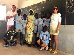 Article Ouest France : Les anciens maillots du groupement au Sénégal